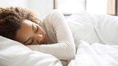 Here's why creating a healthy sleep routine could help, plus how to do it. Body Clock, Natural Sleep Aids, Stress, Night Sweats, Healthy Sleep, Eating Healthy, Stay Healthy, Healthy Life, Best Pillow