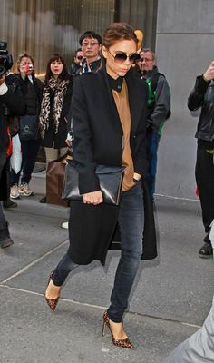 Mode Victoria Beckham, Victoria Beckham Outfits, Look Fashion, Fashion Outfits, Womens Fashion, Trendy Outfits, Vic Beckham, Military Style Coats, Victoria Fashion