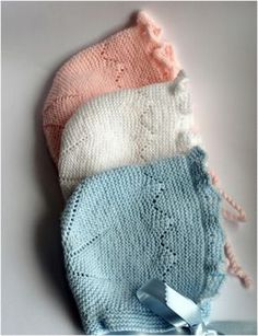 mapetit king: HECHO A MANO Baby Hats Knitting, Knitting For Kids, Baby Knitting Patterns, Crochet For Kids, Knitted Bags, Knitted Blankets, Hand Embroidery Patterns Flowers, Bonnet Pattern, Diy Bebe