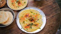 A hummusz népszerű étel lett Budapesten, elég jól passzol mindenféle pitás szendvicsekhez, falafelhez. De sokan nem is sejtik, hogy mennyire egyszerű cuccról van szó: pár lépésből áll elkészíteni és egy friss, házi gyártású hummusz jobb, mint bármi, amit egy török büfében kaptok!        200 g száraz…
