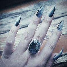 False nails have the advantage of offering a manicure worthy of the most advanced backstage and to hold longer than a simple nail polish. The problem is how to remove them without damaging your nails. Goth Nail Art, Goth Nails, Pointed Nails, Stiletto Nails, Hair And Nails, My Nails, Witchy Nails, Manicure, Finger