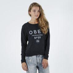 Genser fra Obey.Materiale: 36% Polyester, 36% Bomull, 28% Viskos.Modellen er 173 cm og avbildet i S.