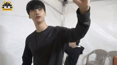 hyuk imitating N's modern dance from the Golden Disk awards