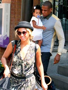 Jay-Z Goes for Lunch with Beyonce and Blue Ivy wearing Air Yeezy 2 Solar Red Sneakers in Toronto Beyonce 2013, Beyonce And Jay Z, Beyonce Style, Celebrity Baby Names, Celebrity Babies, Celebrity Children, Celebrity Style, Armie Hammer Shirtless, Jay Z Blue