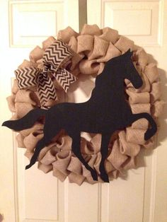 How To Make A Burlap Horse Head Wreath (With images) Wreath Crafts, Diy Wreath, Burlap Wreath, Wreath Ideas, Horseshoe Wreath, Western Wreaths, Horse Head Wreath, Equestrian Decor, Christmas Crafts