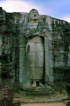 Oude stad van Polonnaruwa Polonnaruwa werd de tweede hoofdstad van Sri Lanka, na de vernietiging van Anuradhapura in 993. In de immense stad zijn brahmaanse monumenten (gebouwd door de Chola's, leerlingen van het brahmanisme) te vinden en ruïnes van de indrukwekkende tuinstad ontworpen door Parakramabahu I.