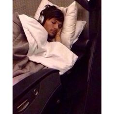 Aww look at Louis sleeping on the plane today