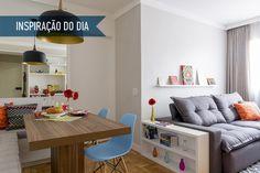 Com a estante repleta de nichos e um décor em cores primárias, a área social do apartamento ganhou a cara dos moradores