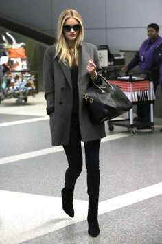 Street style: Rosie Huntington Whiteley Looks gorgeous in a grey coat over an all black outfit & boots Schwarzer Mantel Outfit, Mode Outfits, Fashion Outfits, Casual Outfits, Woman Outfits, Boyfriend Coat, Mode Ootd, Look Blazer, Grey Blazer Outfit