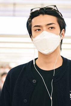 Foto Sehun, Exo Album, Exo Members, Chanbaek, Kpop Aesthetic, Chanyeol, Hoop Earrings, Airport Fashion, Airport Style