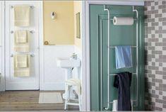 Для экономии места, банные полотенца можно разместить на вешалках или рейлингах, прикрепленных к двери ванной комнаты.