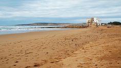 Sidi Kaouki es una larga playa de arena fina muy apreciada por los amantes del surf gracias a los vientos atlánticos que soplan por allí con frecuencia. Con aire de territorio virgen, apenas media docena de restaurantes y hoteles de aire hippie flanquean el arenal. Leer más: http://www.lonelyplanet.es/blog-sidi-kaouki-aire-hippie-en-la-costa-de-marruecos-308.html © Marino Holgado