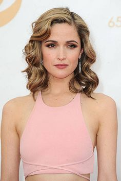 Ride the Wave: The Best Retro Curls at the Emmys 2013 - Rose Byrne {I want to recreate this makeup look, so fall/winter appropriate} Retro Hairstyles, Formal Hairstyles, Wedding Hairstyles, Retro Curls, Retro Waves Hair, Hollywood Curls, Romantic Curls, Head Band, Corte Y Color