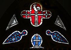 Glasmalerei Symbol Kreuz und Hahn - Verleugnung Petri. Wilhelm Schmitz-Steinkrüger, 1952 Fenster über dem Seiteneingang, Antikglas/Blei/Schwarzlot