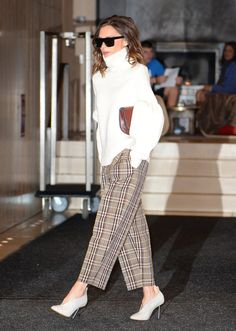 Victoria Wearing Her Mules With an Oversize Turtleneck and Plaid Pants Victoria Beckham Outfits, Victoria Beckham Stil, Office Outfits, Casual Outfits, Office Attire, Work Outfits, Fashion Over 40, Fashion Looks, Honeymoon Attire