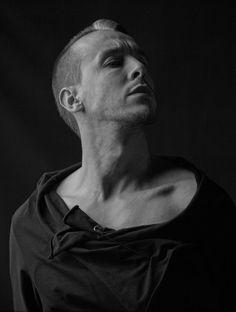 """Farklı ses rengine sahip sanatçılardan Cem Adrian,  son albümü """"Şeker Prens ve Tuz Kral"""" ile 13 Aralık'ta Tudors Arena'da sahne alıyor."""