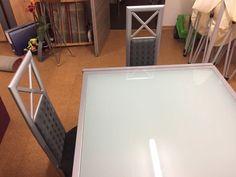 Wir verkaufen unseren ausziehbaren Esstisch mit 4 Stühlen. Der Gesamtzustand ist gut, nur normale Gebrauchsspuren sind erkennbar. Der Rahmen des Tisches und der Stühle ist Silberfarben. Das Glas des Tisches ist satiniert. Der Stoff beinhaltet anthrazit und grau und ist sehr unempfindlich! Das Set ist sehr hochwertig und nicht mit Discounterware zu vergleichen!!!Größe Tisch:90x90 cmAusgeklappt:90x180 cmHöhe 74 cmWir geben die Sachen nur komplett im Set ab, nicht einzeln!!!Kein Versand, nur…