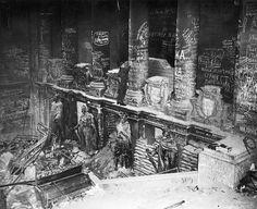 Tak wyglądał niemiecki Reichstag po tym, gdy Rosjanie zajęli Berlin w 1945 roku. Najeźdźcy nie szczędzili sobie i na każdej ścianie i filarze wrzucili różnego rodzaju napisy. Nazwijmy to wojennym graffiti.
