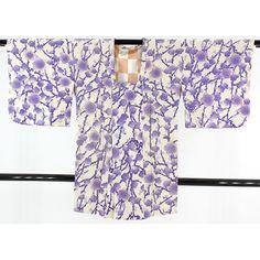 白地に青紫で枝に咲く梅の柄が広がる絞り道行コートです。 コート裏は市松に桜小花の柄でおしゃれです。  <シチュエーション> 肌寒い季節のお出かけに、防寒として、ちりよけとしてお使いいただけます。   <風合> 全体に絞り加工が施され、均一でふっくらとした立体感がある柔らかい生地感です。  <状態>  少々使用感があります。 若干時間がたっているようで、少し古い感じがします。 少々薄汚れ感はありますが、部分的な汚れはありません。 お気軽にご使用いただけると思います。   【楽天市場】絞り道行コート 青紫で広がる梅の柄 【中古】【リサイクル着物・リサイクルきもの・アンティーク着物・中古着物】:ビスコンティ&きもの忠右衛門