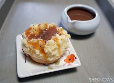 This isn't mashed potatoes and gravy! It's really cheesecake bites look just like mini mounds of mashed potatoes, topped with caramel gravy and chocolate pepper flakes. Gravy For Mashed Potatoes, Potato Gravy, Just Desserts, Dessert Recipes, Fun Recipes, Dessert Ideas, Fool Recipe, Potato Bites, Cheesecake Bites