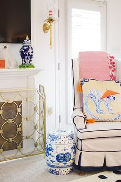 Girls In Madras: Introducing Kim Bauer ( Decor, Slipcovers For Chairs, Minimalist Living Room, Preppy Decor, Home Decor, Room Inspiration, Room Colors, Living Room Inspiration, Asian Home Decor