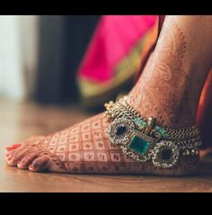 Latest Anklet Designs For Indian Bridal for all occasions - Pearl anklets, Gemstone and Kundan Payals, Designer Silver and Golden anklets in multiple layers Indian Wedding Jewelry, Indian Bridal, Bridal Jewelry, Bridal Jewellery Inspiration, Anklet Designs, Henna Designs, Ankle Jewelry, Feet Jewelry, Ankle Bracelets