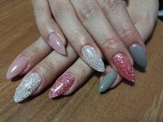Unghie a stiletto rosa naturale, griglio chiaro, glitter rosa e bianchi