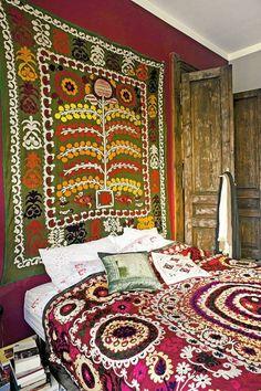 Uzbek suzani textile, wall hanging, bedcover in Poland.   W sypialni Karoliny Zięby uzbeckie suzani. Kolorowe tkaniny ponoć przynoszą szczęście