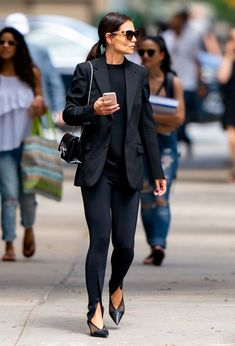 Katie Holmes sexy outfit with heels Katie Holmes, Casual Chic, Outfits Leggins, Monochrome Fashion, Classic Outfits, Classic Clothes, Leggings, Colourful Outfits, New York