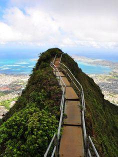 A escadaria de Haiku, também conhecida como Stairway to Heaven, foi originalmente construída em 1943 com o propósito de se instalar cabos de antena para comunicação militar na Ilha de Oahu, no Hawaii. São 3.921 degraus escondidos no meio da vegetação até o cume da serra Koolau. Uma paisagem exuberante!