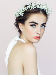 The most popular bridal lipstick shade will definitely surprise you - Fashion Trend In Flower Crown Hairstyle, Crown Hairstyles, Wedding Hairstyles, Best Smelling Body Wash, Bridal Lipstick, Shampooing Sec, Short Hair Styles, Natural Hair Styles, Glossy Makeup