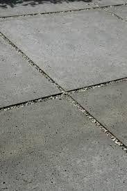 Afbeeldingsresultaat voor tegels 1x1m met grind ertussen