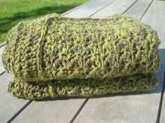 Big afghan lap throw crochet blanket made of chunky green/brown wool handmade by Snooze