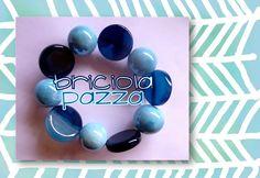 Bracciale elastico realizzato con pastiglie in agata blu e sfere in ceramica azzurre.