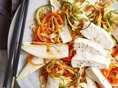 Zucchini-Möhren-Nudeln mit pochiertem Hähnchen Zucchini, Caprese Salad, Low Carb, Healthy Recipes, Healthy Food, Detox, Cabbage, Cheese, Chicken