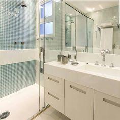 Bom dia!!! Banheiro todo clarinho com pastilhas azuis amei . Projeto Marília Veiga