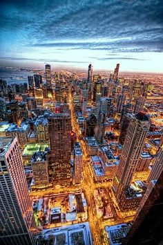 Chicago lights up at night! this might be the best photo of Chicago ever taken! Lago Michigan, Best Places To Travel, Places To See, Chicago City, Chicago Illinois, Chicago Usa, Milwaukee City, Chicago Skyline, Visit Chicago