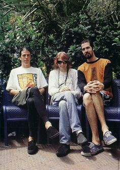 Dave Grohl, Kurt Cobain and Krist Novoselic how pretty photo. They were friends and this photo described it so well. Just boys who makes a good music. Kurt looks like a girl at this photo Banda Nirvana, Nirvana Songs, Foo Fighters Dave Grohl, Tim Burton, Grunge, Donald Cobain, Nirvana Kurt Cobain, Smells Like Teen Spirit, Rock Legends