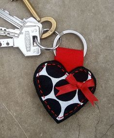 heart keying, could be made of felt Felt Keyring, Diy Keychain, Keychains, Fabric Crafts, Sewing Crafts, Sewing Projects, Creation Couture, Felt Hearts, Key Fobs
