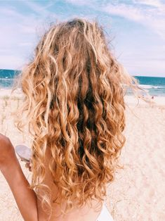 Do you like your wavy hair and do not change it for anything? But it's not always easy to put your curls in value … Need some hairstyle ideas to magnify your wavy hair? Messy Hairstyles, Pretty Hairstyles, Woman Hairstyles, Beach Hairstyles, Hairstyles Videos, Men's Hairstyle, Hairstyles Haircuts, Wedding Hairstyles, Cabelo Rose Gold