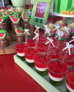 Yes, these are gelatinas - Cool idea who will celebrate with the theme Show of Lu Yes, they are gelatin – A cool idea for all those with the theme Show da Luna Watermelon Birthday Parties, Baby Shower Watermelon, Fruit Birthday, Fruit Party, Snacks Für Party, Watermelon Jello, 2nd Birthday Party Ideas, Tropical Party Foods, Watermelon Crafts