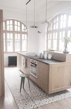 kuchnia | drewniana wyspa kuchenna + wzorzysta podłoga