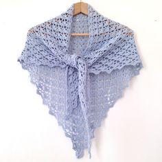 Grand châle dentelle en coton bleu ciel, crocheté mains : Echarpe, foulard, cravate par k-thys-creations