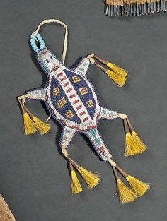 Amérique du Nord Fétiche du cordon ombilical en forme de tortue Indiens Cheyenne, Plaines, États-Unis Début XXe En cuir perlé sur une face d'un beau décor dessinant une tortue en perles de couleur, bleues,… - Binoche et Giquello - 09/12/2011