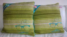 Kussens met snor en bril. Gemaakt van vintage dekens.