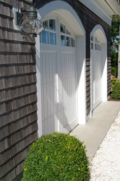 White #garagedoor with both sided flanking lighting lamps, a fantastic curb…
