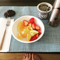 Buen día buen día! Arrancando mi mañana con un rico desayuno!   Mate  Frutilla y naranja   2 galles de algarroba  by candemolfese