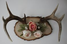 Large deer antlers, mounted and then decorated with artificial flowers. Deer Antler Crafts, Antler Art, Deer Decor, Deer Antler Decorations, Deer Horns Decor, Hunting Decorations, Antler Mount, 1 Samuel 1 27, Oh Deer