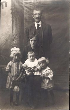 photo-carte famille homme femme et trois enfants vers 1900 mode