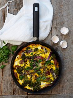 Frittata med poteter, bacon og brokkolini Frittata, Bacon, Curry, Eggs, Ethnic Recipes, Food, Pai, Omelette, Curries